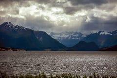 Fjord in Norwegen im Sommer im wolkigen Wetter, im backgrou Lizenzfreies Stockbild