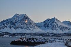 Fjord och mountans på skymning i Breivikeidet nära färjaterminalen arkivbilder