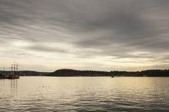 Fjord på solnedgången - Oslo, Norge; lynnigt och dystert arkivfoto