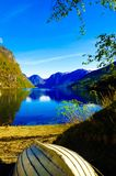 Fjord See und hölzernes Boot, Norwegen-Landschaft, norwegische Landschaft Stockfotografie