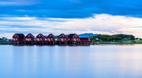 Fjord skandynawa krajobrazu seascape skandynawa czerwoni domy Zdjęcie Royalty Free