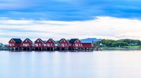 Fjord skandynawa krajobrazu seascape skandynawa czerwoni domy Fotografia Stock
