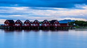 Fjord skandynawa krajobrazu seascape skandynawa czerwoni domy Fotografia Royalty Free