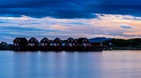 Fjord skandynawa krajobrazu seascape skandynawa czerwoni domy Zdjęcie Stock