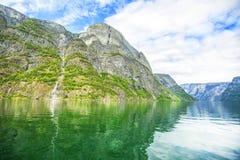 Fjorden in de Skandinavische aard van Noorwegen en Neroyfjord Stock Foto's