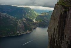 Fjorden preikenstolen i norsk nationalpark fotografering för bildbyråer