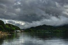 Fjorden tjänar med seglar utmed kusten beskådar på by för St. Fillans Royaltyfri Foto