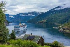 fjordgeiranger norway Kryssningskepp, kryssningeyeliner på fjorden Fotografering för Bildbyråer