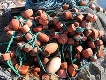 Fjordkust verlaten materiaal en visnet stock foto