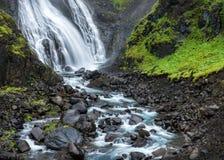 Fjordland, δυτική Ισλανδία - ο καταρράκτης πέφτει στο πολύβλαστο πράσινο vall Στοκ Εικόνες