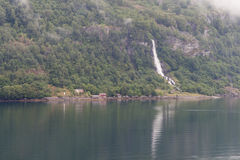 Fjordpijler en waterval Stock Afbeelding