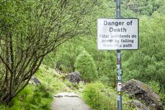 Fjordvördnad, Argyll, Skottland - Maj 19 2017: Underteckna varning av faran av död av dödsolyckor tack vare som faller från a Royaltyfria Foton