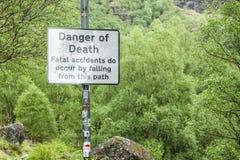 Fjordvördnad, Argyll, Skottland - Maj 19 2017: Underteckna varning av faran av död av dödsolyckor tack vare som faller från a Royaltyfri Bild