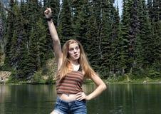 Fjorton åriga Caucasian flicka som entusiastiskt poserar i monteringen Rainier National Park, Washington arkivfoto