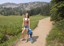Fjorton åriga Caucasian flicka som lyckligt står på en slinga i monteringen Rainier National Park, Washington arkivbilder