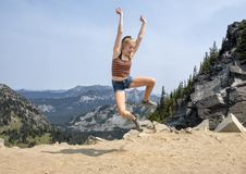 Fjorton åriga Caucasian flicka som poserar i monteringen Rainier National Park, Washington royaltyfria foton