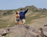 Fjorton åriga flicka och hennes farfar som har gyckel i monteringen Rainier National Park, Washington royaltyfri bild