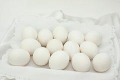 Fjorton vita ägg arkivfoto