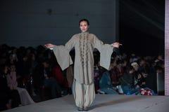 Fjortonde serie, gästfriheten av åren som lämnar fläck-mode show Arkivbilder