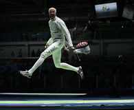 Fäktaren Miles Chamley-Watson av Förenta staterna konkurrerar i männens lagfolien av Rio de Janeiro 2016 OS Arkivbild