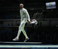 Fäktaren Miles Chamley-Watson av Förenta staterna konkurrerar i männens lagfolien av Rio de Janeiro 2016 OS Royaltyfri Foto