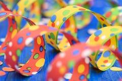 Flámula de papel colorida en el partido del carnaval Fotografía de archivo