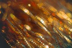 Flámulas de oro con el brillo chispeante - hackground de los días de fiesta de la Navidad Imagen de archivo