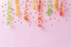 Flâmulas coloridas do partido no fundo cor-de-rosa Conceito mínimo da celebração Configuração lisa imagem de stock royalty free