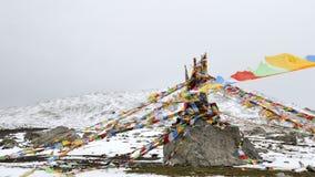 Flâmulas de Sutra abaixo da montanha da neve Imagens de Stock Royalty Free