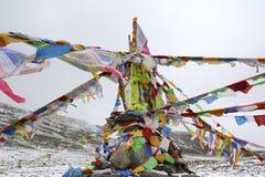 Flâmulas de Sutra abaixo da montanha da neve Fotografia de Stock Royalty Free