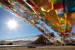 Flâmulas de Sutra em Tibet fotografia de stock royalty free