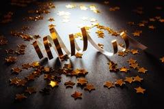 Flâmulas douradas com brilho efervescente fotos de stock