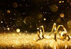 Flâmulas douradas com brilho efervescente foto de stock
