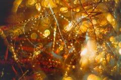 Flâmulas douradas com brilho efervescente - fundo dos feriados do Natal Imagens de Stock Royalty Free