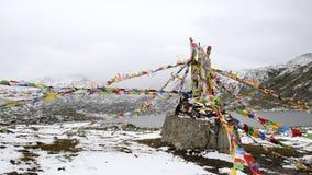 Flâmulas e lago de Sutra abaixo da montanha da neve Foto de Stock