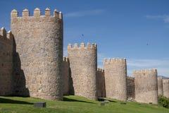 Flânez le long du beau mur médiéval à Avila, Espagne photo stock