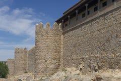 Flânez le long du beau mur médiéval à Avila, Espagne photos libres de droits
