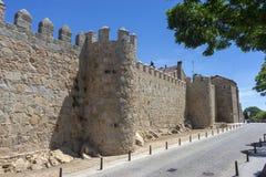 Flânez le long du beau mur médiéval à Avila, Espagne images stock