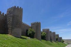 Flânez le long du beau mur médiéval à Avila, Espagne photographie stock libre de droits