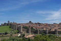Flânez le long du beau mur médiéval à Avila, Espagne photo libre de droits
