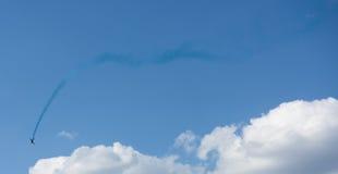 Fläche mit bunter Spur im Himmel Stockbilder