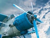 Fläche mit Propeller auf Himmelhintergrund Stockfoto