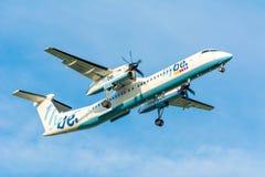 Fläche von Flybe De Havilland Kanada G-ECOD DHC-8-400 landet Stockfotografie