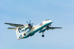 Fläche von Flybe De Havilland Kanada G-ECOD DHC-8-400 landet Lizenzfreies Stockbild