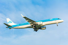 Fläche von KLM Cityhopper PH-EZP Embraer ERJ-190 bereitet sich für die Landung vor Stockfotos