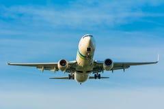 Fläche von Transavia PH-HSI Boeing 737-800 bereitet sich für die Landung vor Stockfoto
