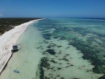 Flächenansicht durch Brummen von Bwejuu-Strand in Sansibar Tansania lizenzfreie stockfotografie