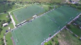 Flächenansicht von Fußballplätzen mit dem Leutespielen stock footage