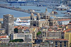 Flächenansicht von Marseille-Kathedrale und -hafen Stockbild