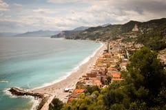 Flächenansicht von varigotti mit seinem Strand und von Häusern auf dem Sand lizenzfreie stockfotografie